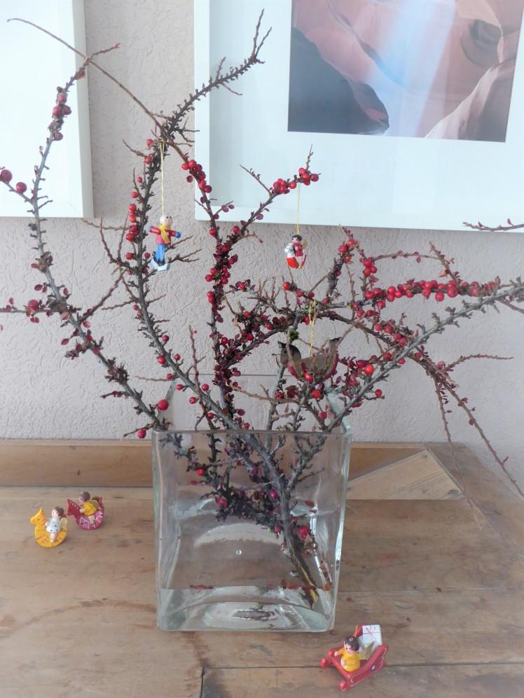 Vase. Weihnachten. Adventszeit. Holzanhänger.