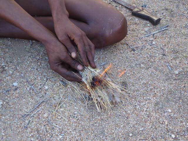 San Bushman macht Feuer